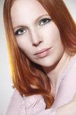 Belle femme aux cheveux rouges — Photo