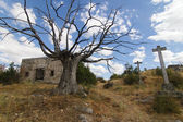 Paisagem, estrada, cruz, cemitério e ruínas — Foto Stock