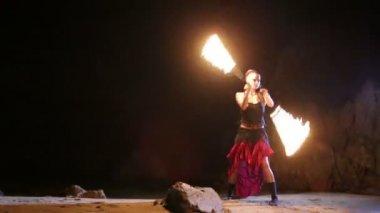燃えるような火ヘビとアーティスト — ストックビデオ