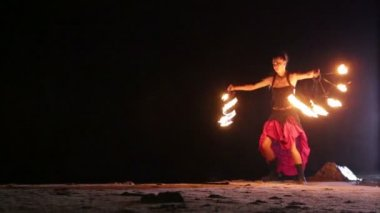 Artist turns the fire fans around itself — Stock Video
