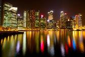 Una vista di singapore di notte tempo con riflessi d'acqua. — Foto Stock
