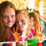 zusters spelen met schilderij — Stockfoto