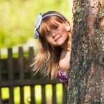 divertente bella bambina giocando nel parco — Foto Stock