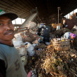 Poor from Java island working in a scavenging at the dump on Bali, Indonesia. — 图库照片