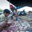 Poor from Java island working in a scavenging at the dump on Bali, Indonesia. — Foto de Stock
