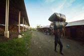 Dålig från java ön arbetar i en rensning på soptippen på bali, indonesien. — Stockfoto