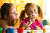 Girl playing with painting with sister. — Foto Stock