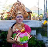 Balinese girls preparing for a classic national Balinese dance Barong — Stock Photo