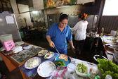 Desconocidos vendedores preparan la comida en un restaurante del lado de la calle — Foto de Stock