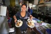 Bilinmeyen satıcı bir cadde tarafı restoranda yemek hazırlamak — Stok fotoğraf