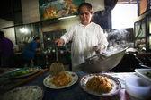 Nieznanych dostawców przygotowywać posiłki w restauracji od strony ulicy — Zdjęcie stockowe