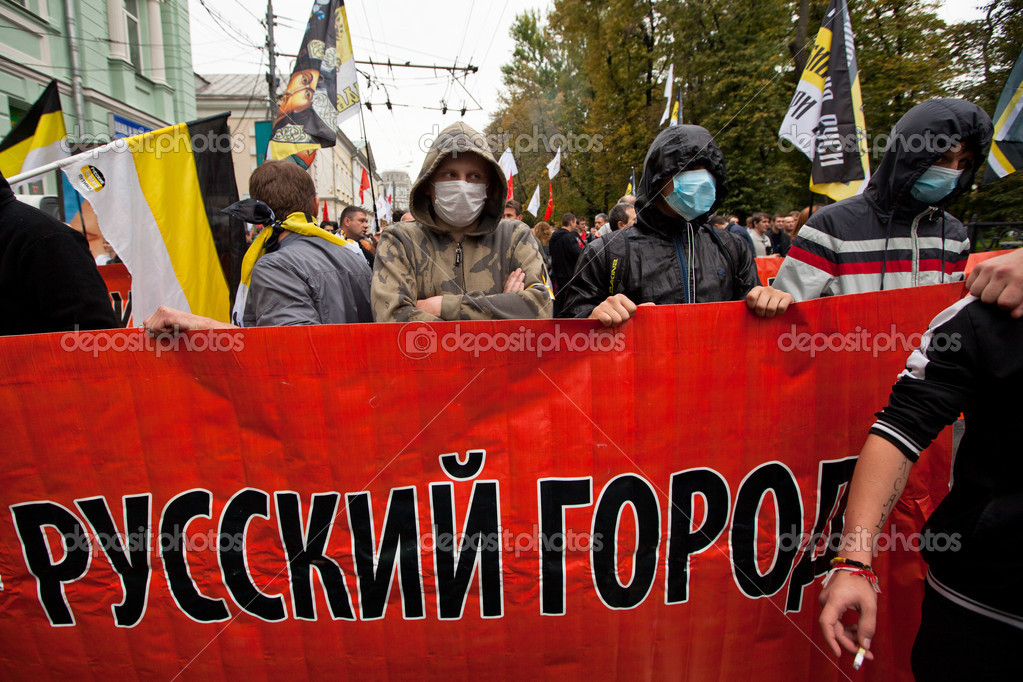 Opposition activists and supporters take part in an anti-Putin protest on September 15, 2012 in Moscow. Thousands marched through Moscow to protest against the rule of Vladimir Putin. — Stock Photo #12845685