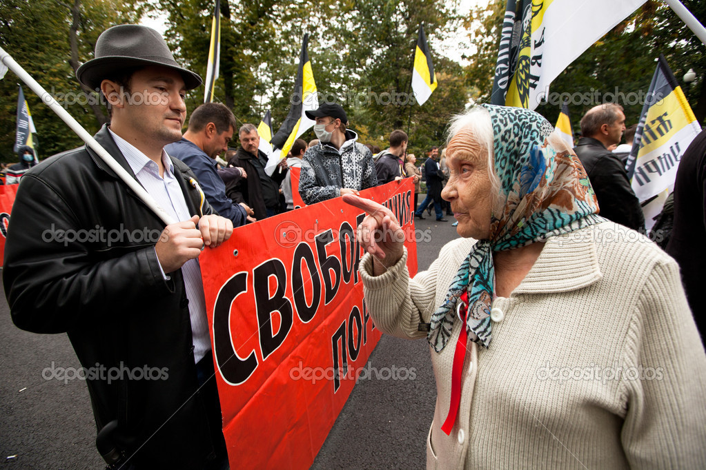 Opposition activists and supporters take part in an anti-Putin protest on September 15, 2012 in Moscow. Thousands marched through Moscow to protest against the rule of Vladimir Putin. — Stock Photo #12845707