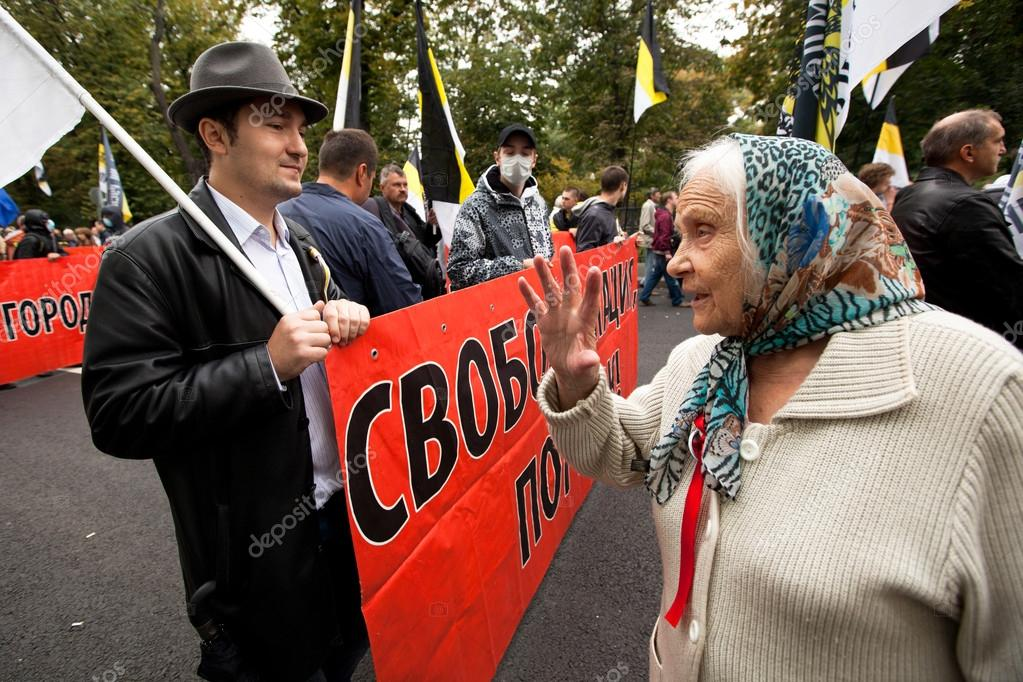 Opposition activists and supporters take part in an anti-Putin protest on September 15, 2012 in Moscow. Thousands marched through Moscow to protest against the rule of Vladimir Putin. — Stock Photo #12845721