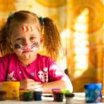 piccolo bambino, disegno pittura con la pittura del viso, make-up — Foto Stock