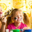 Sisters playing with painting. — Stockfoto