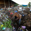 Poor from Java island working in a scavenging at the dump — Foto de Stock