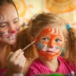 giovani sorelle giocando con pittura — Foto Stock