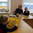 Open Day at Podporozhye's Children House - unknown children in library read books with teachers — Stock Photo #13440718