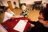 день здоровья в центре социальных служб для пенсионеров и инвалидов — Стоковое фото