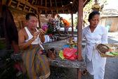 Bbalinese-mädchen, die vorbereitung auf ein klassisches tanzen nationalen balinesen — Stockfoto