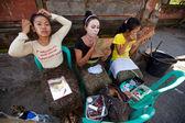 Bbalinese meisjes voorbereiden op een klassieker nationale balinese dans — Stockfoto