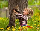 Klein meisje en kat — Stockfoto