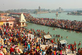 Ceremonie puja na břehu řeky ganga, oslavit makar sankranti — Stock fotografie