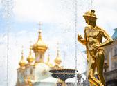 Fontaines de la grande cascade au palais de peterhof — Photo
