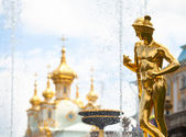 Grand trapsgewijs fonteinen in peterhof palace — Stockfoto
