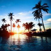 Sonnenuntergang an einem strand-resort in den tropen — Stockfoto