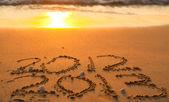 Iscrizione 2012 e 2013 su una spiaggia di sabbia — Foto Stock