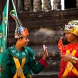 SIEM REAP, CAMBODIA - DEC 13: An unidentified cambodians in national dress poses for tourists in Angkor Wat — Foto de Stock
