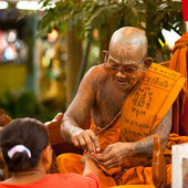 KO CHANG, THAILAND - NOV 28: Buddhist lama blesses participants Loy Krathong festival, Nov 28, 2012 on Chang, Thailand. — Stock Photo