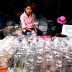 BANGKOK - APRIL 24: Unidentified seller shop at Chatuchak Weekend Market — Stock Photo
