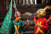 Ein nicht identifizierter kambodschaner in nationaltracht posiert für touristen in angkor wat — Stockfoto