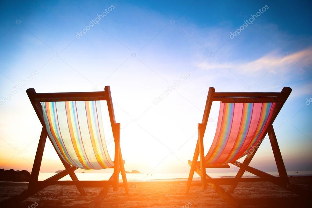 paar strand liegest hle auf dem menschenleeren k ste meer bei sonnenaufgang perfekten urlaub. Black Bedroom Furniture Sets. Home Design Ideas