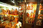 Skyltfönster med skyltdockor munkar på helgmarknaden chatuchak — Stockfoto