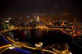 Panorama de la ciudad de Singapur del hotel marina bay techo, en la noche. — Foto de Stock