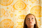 маленькая девочка смотрит вверх, концептуальная фотография об ожидании — Стоковое фото