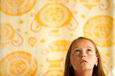 Kleine meisje kijkt omhoog, conceptuele fotografie over anticipatie — Stockfoto
