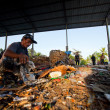 BALI, INDONESIA  APRIL 11: Poor from Java island working in a scavenging at the dump on April 11, 2012 on Bali, Indonesia. Bali daily produced 10,000 cubic meters of waste. — Foto Stock