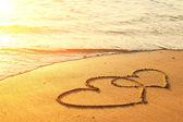 Coeurs dessinés sur le sable d'une plage — Photo