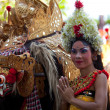BALI, INDONESIA - APRIL 9: Balinese girl posing for turists before a classic national Balinese dance — Stock Photo