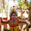 BALI, INDONESIA - APRIL 9: Balinese girl posing for turists before a classic national Balinese dance — Lizenzfreies Foto