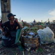 BALI, INDONESIA  APRIL 11: Poor from Java island working in a scavenging at the dump on April 11, 2012 on Bali, Indonesia. Bali daily produced 10,000 cubic meters of waste. — ストック写真