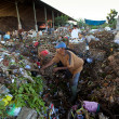 BALI, INDONESIA be- APRIL 11: Poor from Java island working in a scavenging at the dump on April 11, 2012 on Bali, Indonesia. Bali daily produced 10,000 cubic meters of waste. — 图库照片