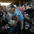 BALI, INDONESIA be- APRIL 11: Poor from Java island working in a scavenging at the dump on April 11, 2012 on Bali, Indonesia. Bali daily produced 10,000 cubic meters of waste. — Stockfoto