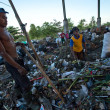 BALI, INDONESIA be- APRIL 11: Poor from Java island working in a scavenging at the dump on April 11, 2012 on Bali, Indonesia. Bali daily produced 10,000 cubic meters of waste. — Stock fotografie
