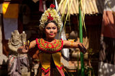 BALI, INDONESIA  APRIL 9: Young girl performs a classic national Balinese dance formal wear on April 9, 2012 on Bali, Indonesia. formal wear is very popular cultural show on Bali. — Stock fotografie